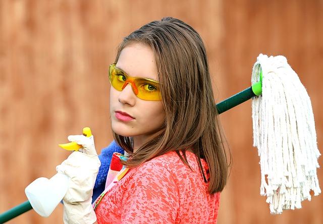 dívka při úklidu