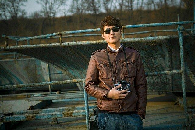 mladík s foťákem