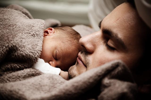 táta se synem pod dekou