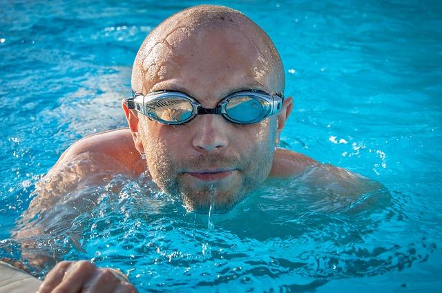plavec s brýlemi