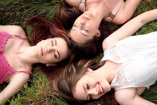 dívky odpočívající v trávě