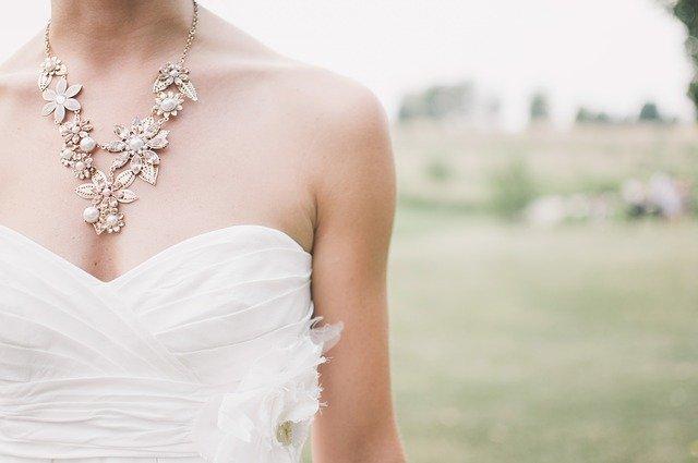 elegantní náhrdelník na krku