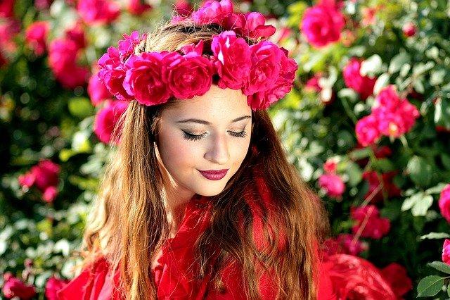 krásná dívka v květinách