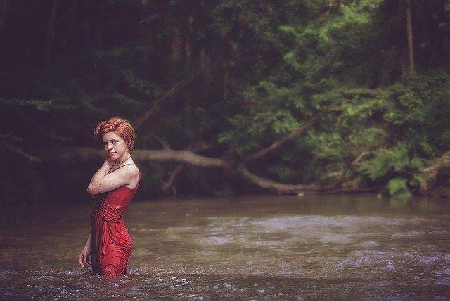 krásná dívka ve vodě