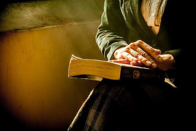 žena s knihou na klíně