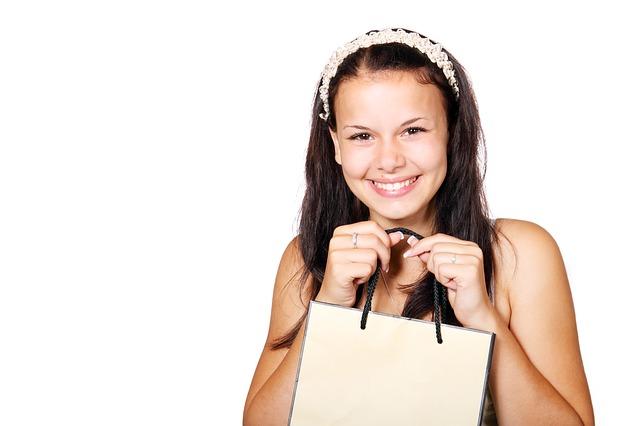 šťastná dívka s nákupem