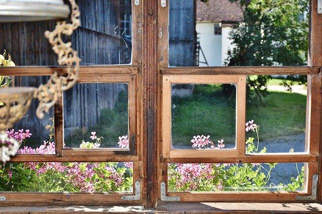 staré okno do zahrady