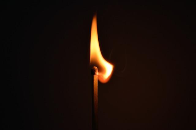 hořící sirka