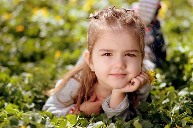 krásná dívka v trávě
