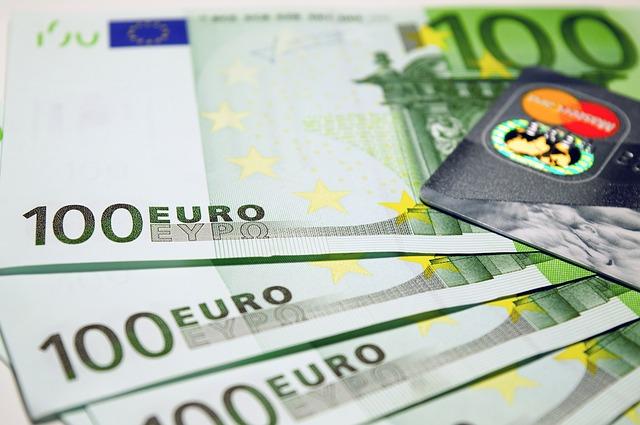 bankovky a kreditní karta