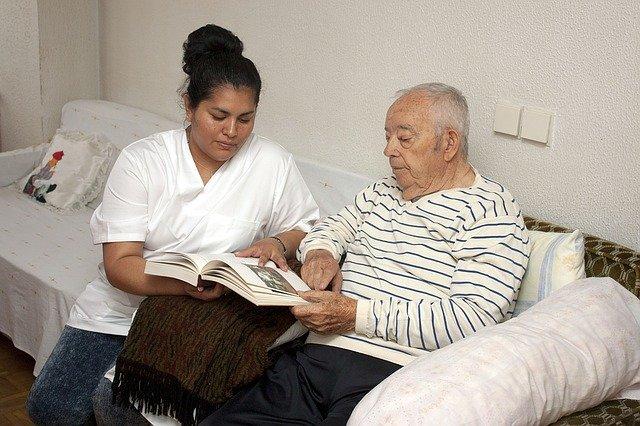 ošetřovatelka u důchodce