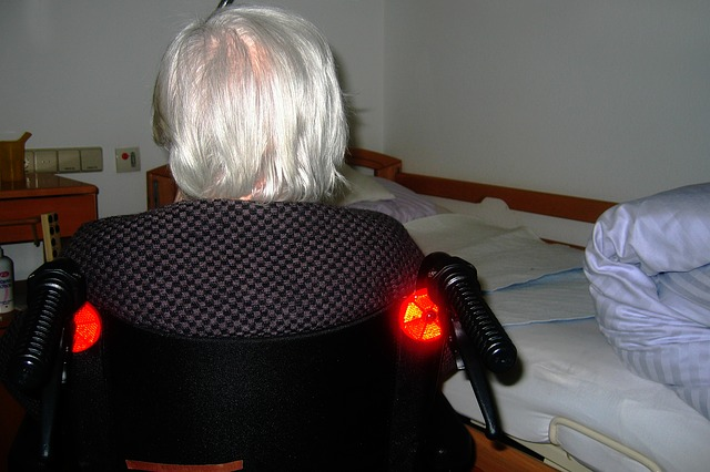žena na vozíku