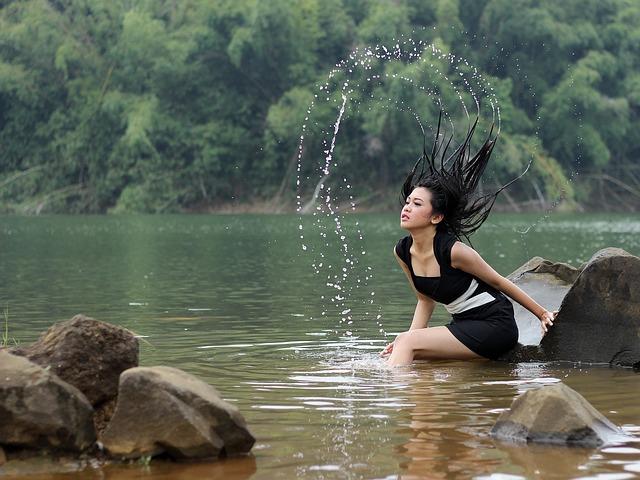 žena v řece
