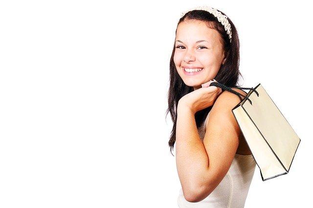 dívka po nákupu
