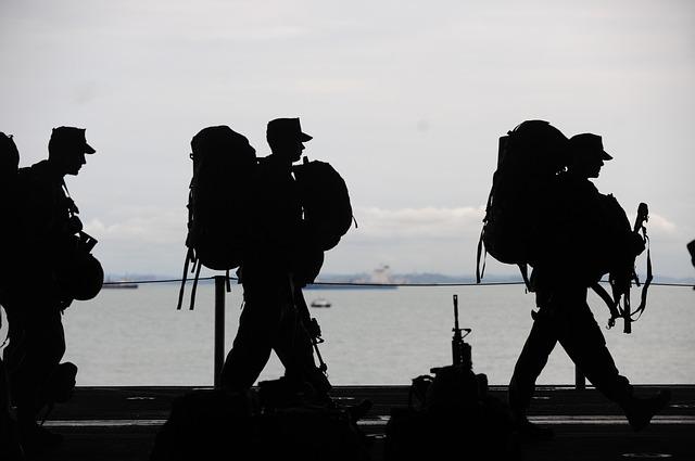 pochodující vojáci