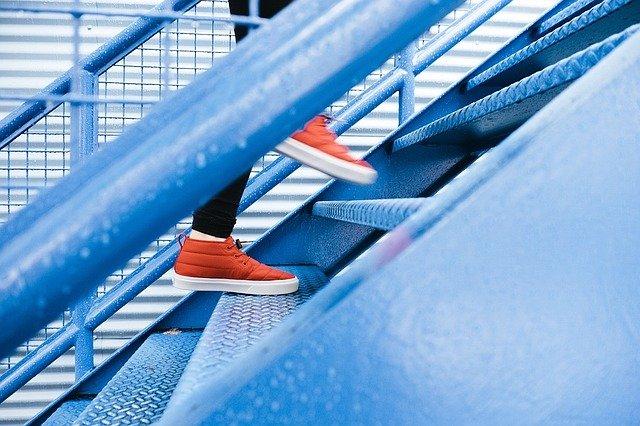 chůze po schodišti