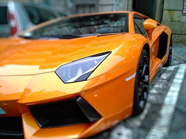 oranžové športové auto